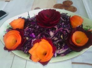 surówka warzywna z kwiatami